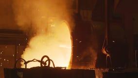 O trabalhador no desgaste protetor gerencie o tanque com o metal quente vídeos de arquivo