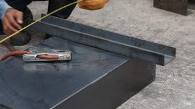 O trabalhador prepara os workpieces soldando video estoque