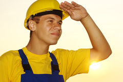 O trabalhador que olha para a frente, cobrindo eyes do sol fotos de stock royalty free