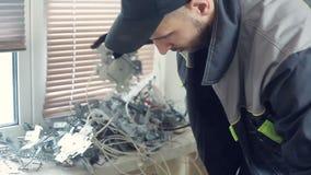 O trabalhador remove os restos do metal vídeos de arquivo