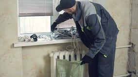 O trabalhador remove os restos do metal video estoque