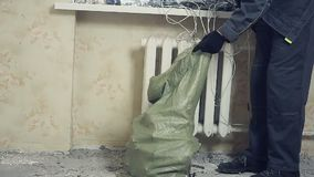 O trabalhador remove os restos do metal filme
