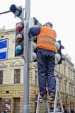 O trabalhador repara o sinal Imagens de Stock