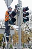 O trabalhador repara o sinal Imagem de Stock Royalty Free