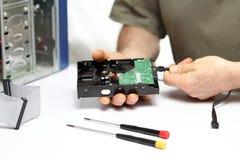 O trabalhador repara um computador Fotografia de Stock