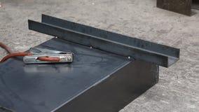 O trabalhador solda os workpieces pela soldadura de arco do metal do gás filme