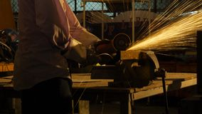 O trabalhador usa a máquina de corte para cortar o metal Fotos de Stock