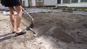 O trabalhador usou a pá para a construção da estrada do passeio Ferramentas da construção Trabalhe com pá e o carro nas rodas com vídeos de arquivo