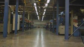 O trabalhador verifica o processo de produção do pneu pelo equipamento filme