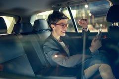 O trabalho é divertimento - mulher de negócio que viaja com o carro na noite fotografia de stock