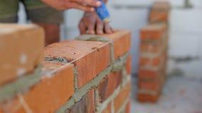 O trabalho coloca tijolos em um canteiro de obras video estoque