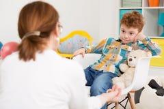 O trabalho com crianças não é sempre fácil foto de stock royalty free
