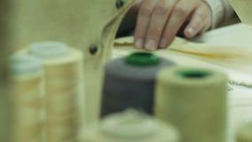 O trabalho da máquina de costura filme