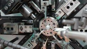 O trabalho da máquina de dobra do mecanismo do CNC Fabricação de uma mola de fio Filtração circular da direita para a esquerda video estoque
