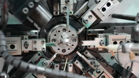 O trabalho da máquina de dobra do mecanismo do CNC Fabricação de uma mola de fio Filtração circular esquerda para a direita video estoque