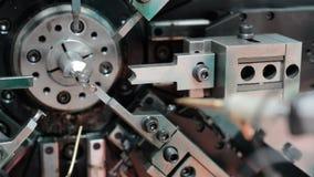 O trabalho da máquina de dobra do mecanismo do CNC Fabricação de uma mola de fio Pan Left à direita vídeos de arquivo