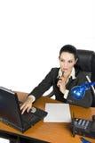 O trabalho da mulher de negócios e pensa Fotos de Stock Royalty Free