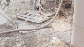 O trabalho da perfuração para a extração da água video estoque