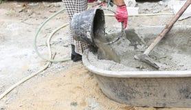 O trabalho de Constrution pôs a água sobre a bandeja de mistura concreta Fotografia de Stock