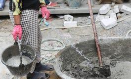 O trabalho de Constrution pôs a água sobre a bandeja de mistura concreta Fotos de Stock Royalty Free