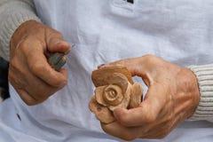 O trabalho de madeira tradicional de Carver que cinzela a flor aumentou foto de stock