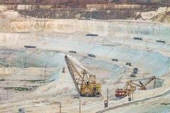 O trabalho de pesado luta máquinas escavadoras em uma pedreira profunda do giz Sector mineiro Foto de Stock