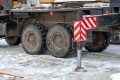 O trabalho de um guindaste do caminhão em condições do inverno ao carregar bom imagens de stock royalty free
