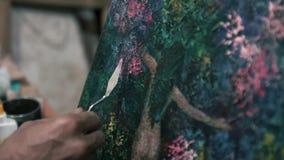 O trabalho do artista com pintura acrílica e um macro 4K da espátula da faca de paleta video estoque