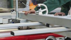 O trabalho do homem do carpinteiro, cortou um painel de fibras com a m?quina circular da serra filme