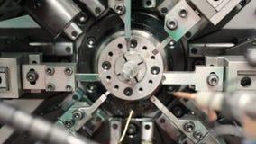 O trabalho do mecanismo da máquina de dobra automática do CNC Fabricação de uma mola do fio fino Pan Left à direita video estoque