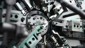 O trabalho do mecanismo da máquina de dobra automática do CNC Fabricação de uma mola do fio fino Foco liso gradual video estoque
