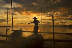 O trabalho dos pescadores no Mekong River imagem de stock royalty free