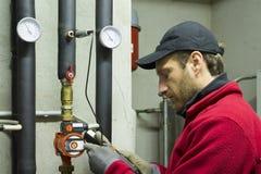 O trabalho hidráulico mede a temperatura fotos de stock