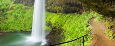 O trajeto atrás das quedas do sul, prata cai o parque estadual, EUA Fotografia de Stock Royalty Free