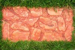 O trajeto da caminhada do bloco do concreat no quintal imagem de stock royalty free
