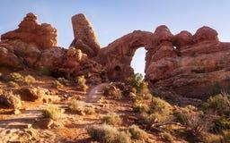 O trajeto que vai ao arco da torreta no parque nacional dos arcos perto de s fotos de stock royalty free