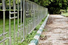 O trajeto unswept da cerca do cromo jardina Bangalore fotografia de stock royalty free