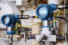 O transmissor de pressão no processo do petróleo e gás, envia o sinal à pressão do controlador e da leitura no sistema imagens de stock royalty free