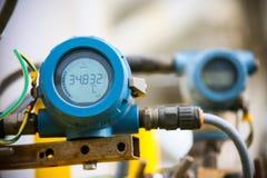 O transmissor de pressão no processo do petróleo e gás, envia o sinal à pressão no sistema, transdutor eletrônico do controlador  imagens de stock