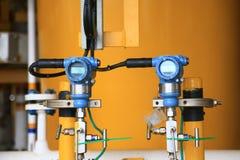 O transmissor de pressão no processo do petróleo e gás, envia o sinal à pressão no sistema, transdutor eletrônico do controlador  imagem de stock royalty free