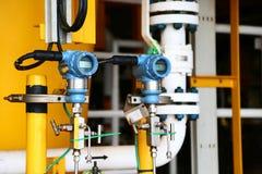 O transmissor de pressão no processo do petróleo e gás, envia o sinal à pressão no sistema, transdutor eletrônico do controlador  fotografia de stock royalty free