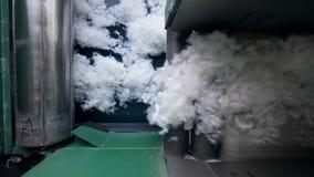 O transporte da fábrica move a fibra de poliéster branca video estoque