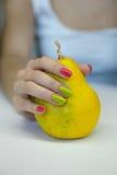 O tratamento de mãos das mulheres bonitas Imagem de Stock Royalty Free