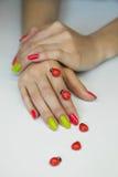 O tratamento de mãos das mulheres bonitas Imagens de Stock Royalty Free