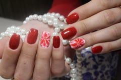 O tratamento de mãos prega extensivamente o vermelho brilhante Foto de Stock