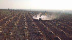 O trator aéreo polvilha adubos químicos no campo da exploração agrícola da noz e da avelã video estoque