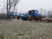 O trator ara o campo O trator monta no campo e ara a terra ar?vel Detalhes e close-up imagem de stock