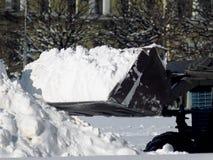 O trator cancela a maneira após a queda de neve pesada imagem de stock royalty free