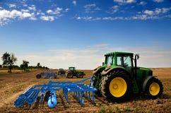 O trator - equipamento de exploração agrícola moderno Fotos de Stock Royalty Free