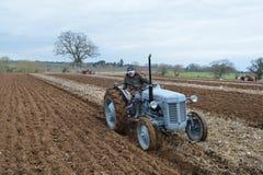 O trator Ploughs um campo Fotos de Stock Royalty Free